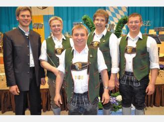 Trompeter Sebastian Buchauer (Mitte) gratulierten Bezirksdirigent Christoph Danner, Kapellmeister Sebastian Kurz, Jürgen Gieck und Martin Schweinsteiger.