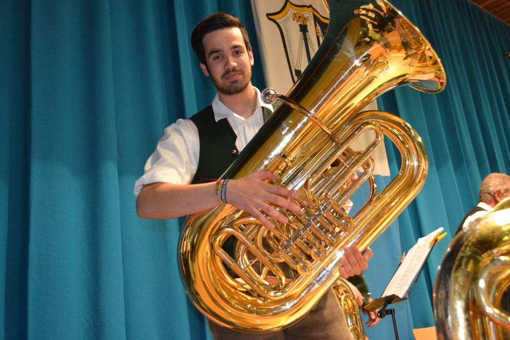 Tubist Johannes Hirnböck mit der gespendeten Tuba. Vielen Dank!
